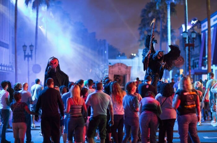 universal horror nights crowd